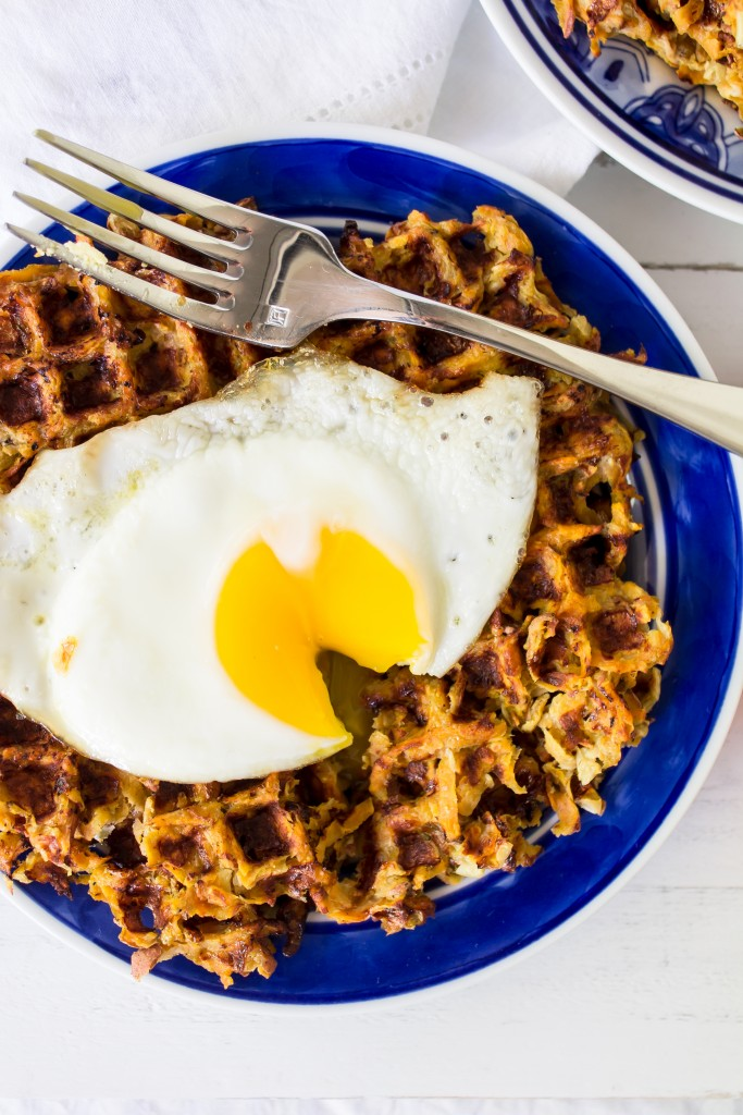 These waffled sweet potato hash browns with smoked Gouda pimento cheese are a great addition to your next brunch menu! | www.passthecookies.com