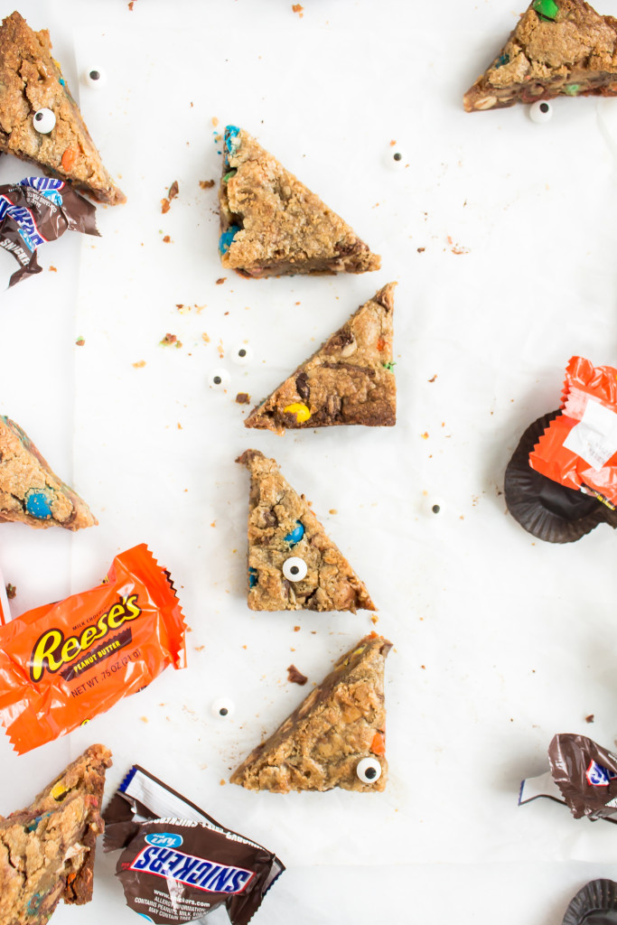 Loaded Peanut Butter Cookie Bars (with Leftover Halloween Candy) | Pass the Cookies | www.passthecookies.com