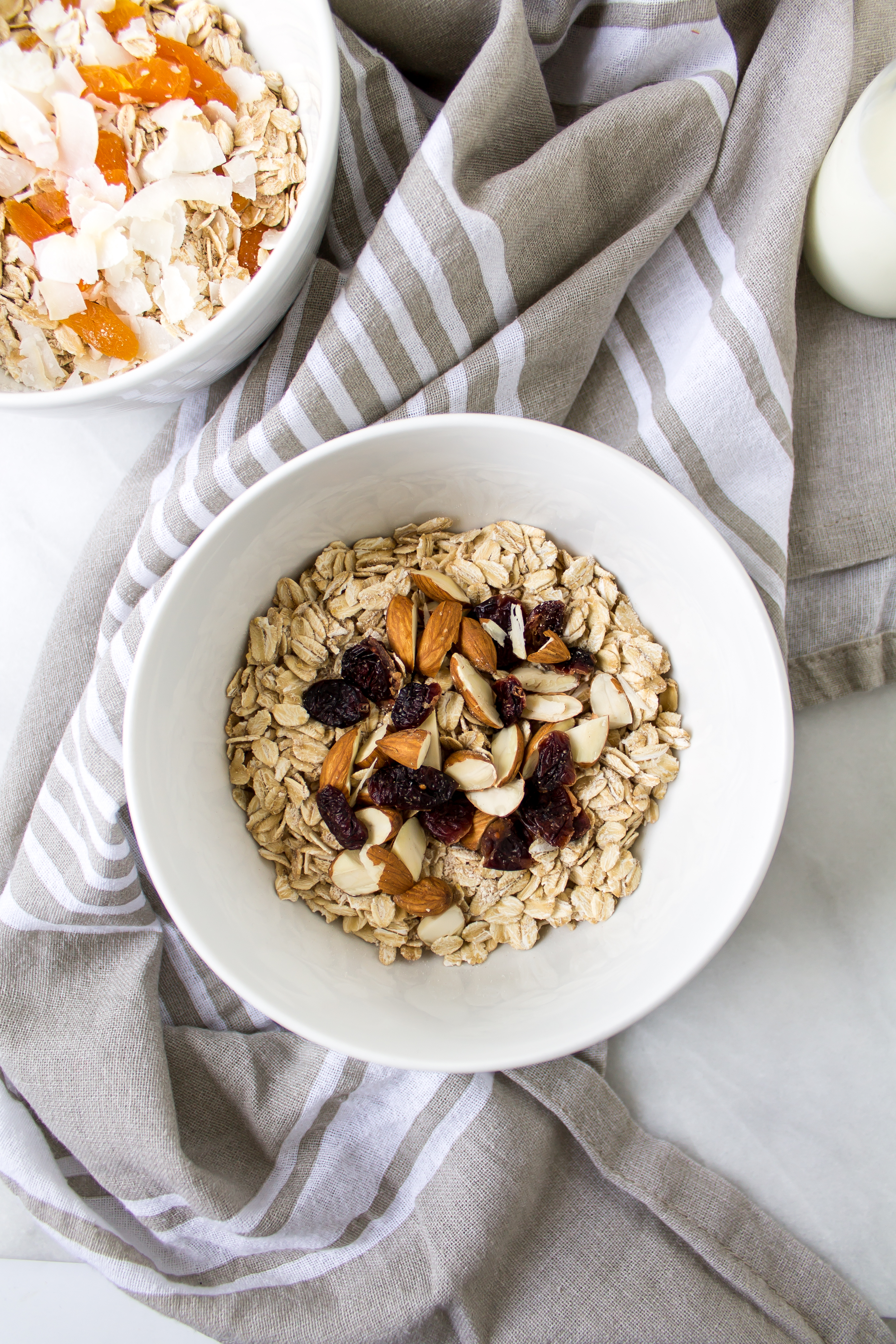 DIY instant oatmeal is the nutritious, easy way to start your busy mornings off right. It is portable and there are so many options for toppings! | Pass the Cookies | www.passthecookies.com